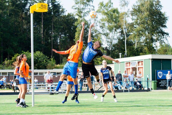 Boaz Heijink (blauw shirt) probeert te scoren voor KV Apeldoorn tegen DVS.