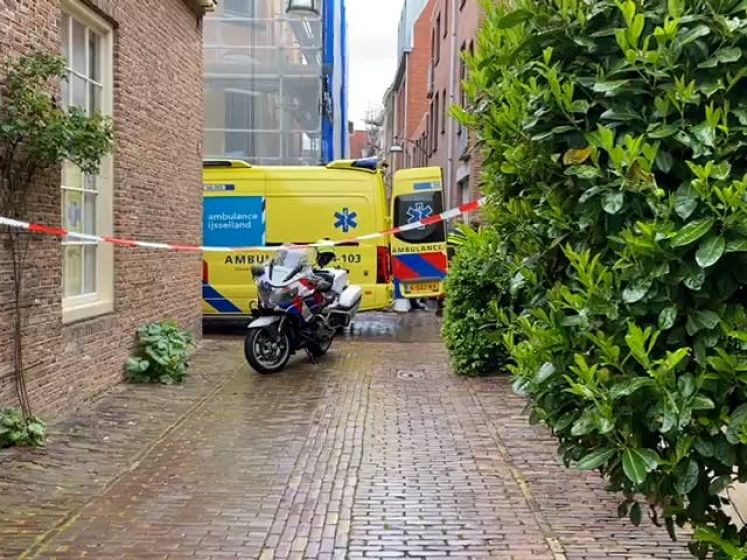 Man doodgestoken in Zwolle, politie zoekt naar verdachte met helikopter