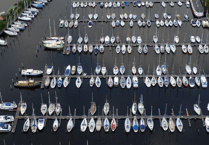 Beeld van een jachthaven in Dintelmond,