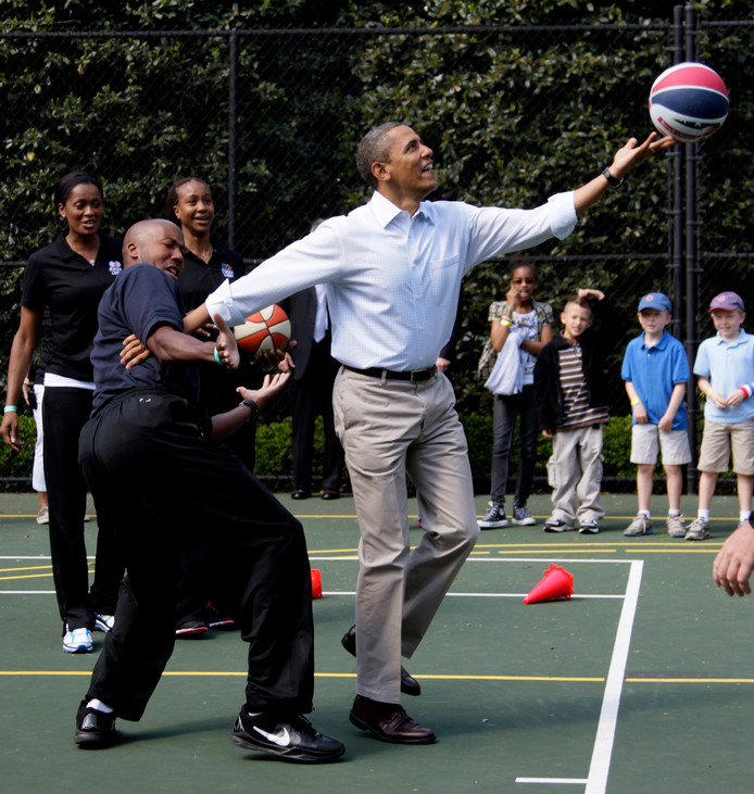 Obama speelt basketbal bij het Witte Huis tijdens zijn presidentschap.