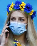 Een supporter van Oekraïne draagt een mondkapje tijdens de EK-wedstrijd tegen Nederland in Amsterdam.