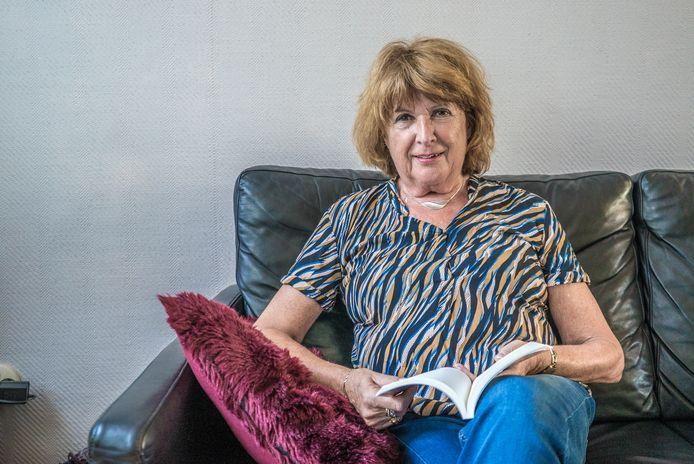 Paula Dukker met haar boek 'Alle luiken gesloten'.