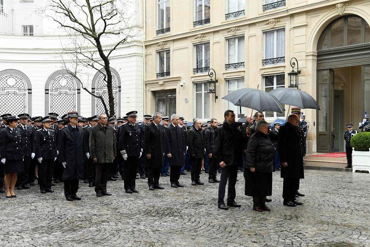 Franse hoogwaardigheidsbekleders waaronder binnenlandminister Gérard Collomb (rechts), houden een minuut stilte ter nagedachtenis van de vermoorde gendarme Arnaud Beltrame.