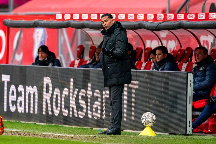 Henk Fraser druk coachend tijdens het duel met FC Utrecht.