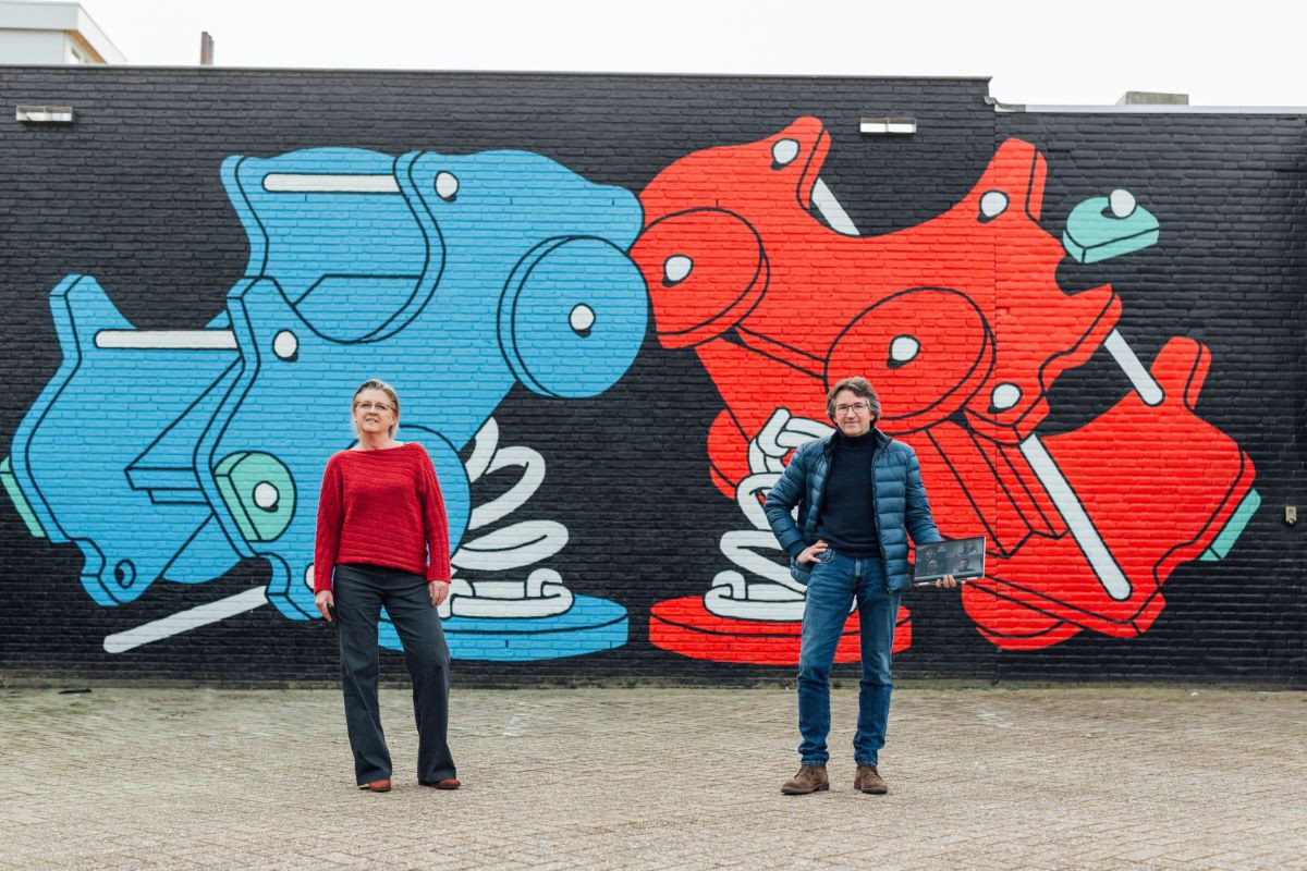 Wethouder Marianne de Bie en Mario Sprenkels van Techtenna dat de outdoor audiogids voor Blind Walls Gallery maakt.