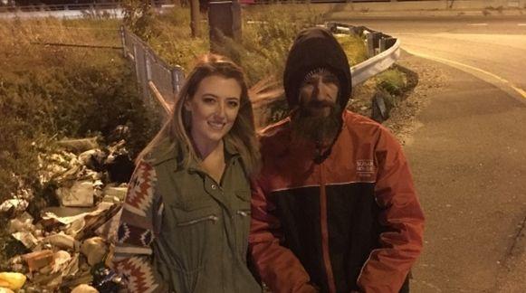 Kate en Johnny aan de kant van de snelweg waar hij haar te hulp kwam.