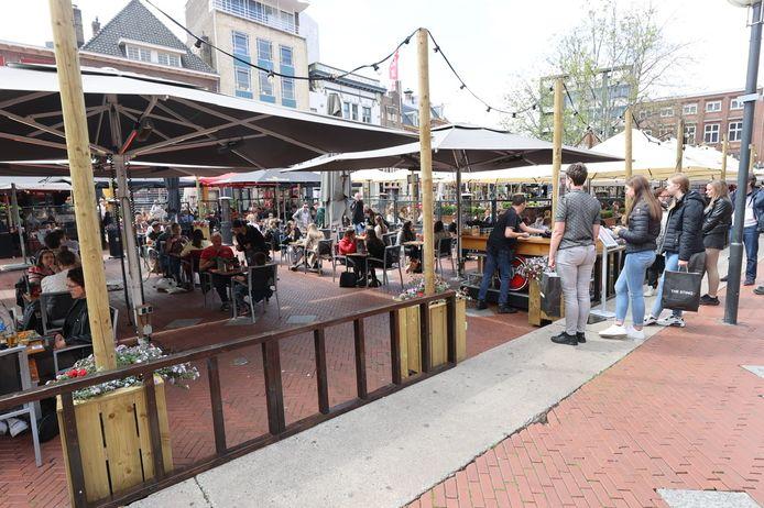 Drukte op de terrassen op de Markt in Eindhoven. De mensen op de foto komen niet voor in het verhaal.