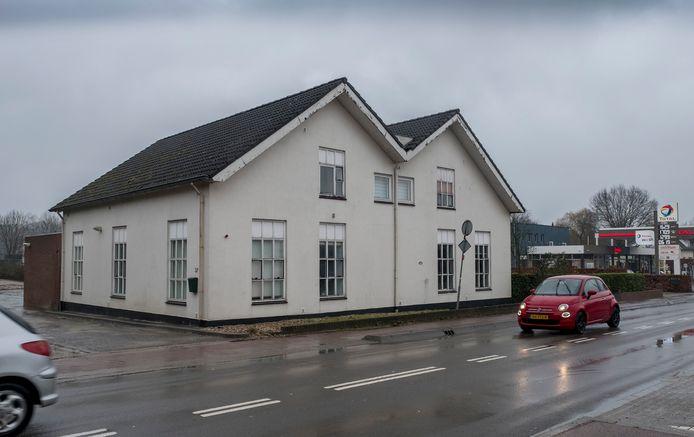 Het pand aan de Rijksweg 37 in Mook is door de gemeente aangekocht. Dit is het pand waar een voormalige club gevestigd was en ook dienst heeft gedaan als woning voor seizoenarbeiders.