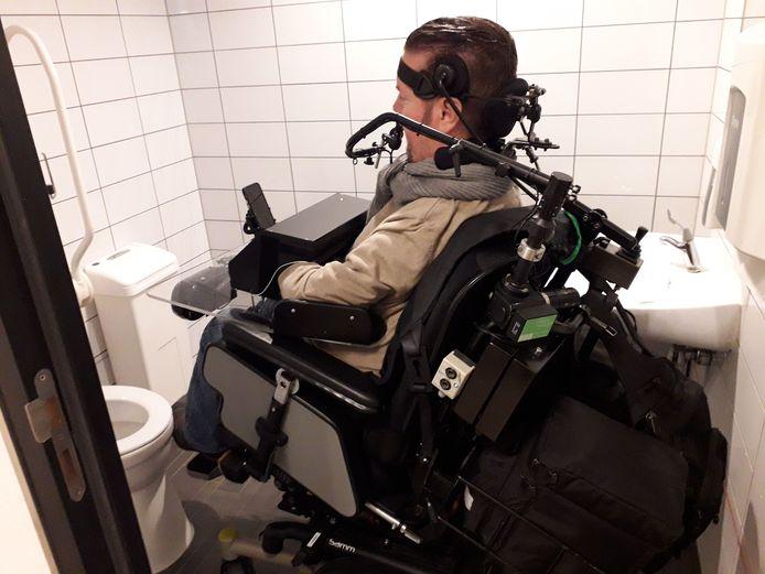 Dick Cochius met zijn rolstoel in een te krap toilet.