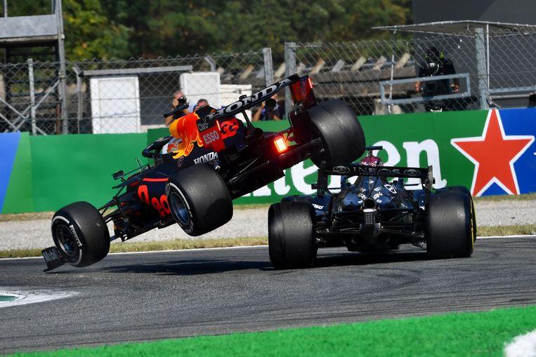 Dankzij de halo bleef Lewis Hamilton ongedeerd. Beeld Photo News
