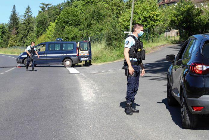 Leden van de gendarmerie hebben de weg afgezet nabij Le Lardin-Saint-Lazar (Dordogne).