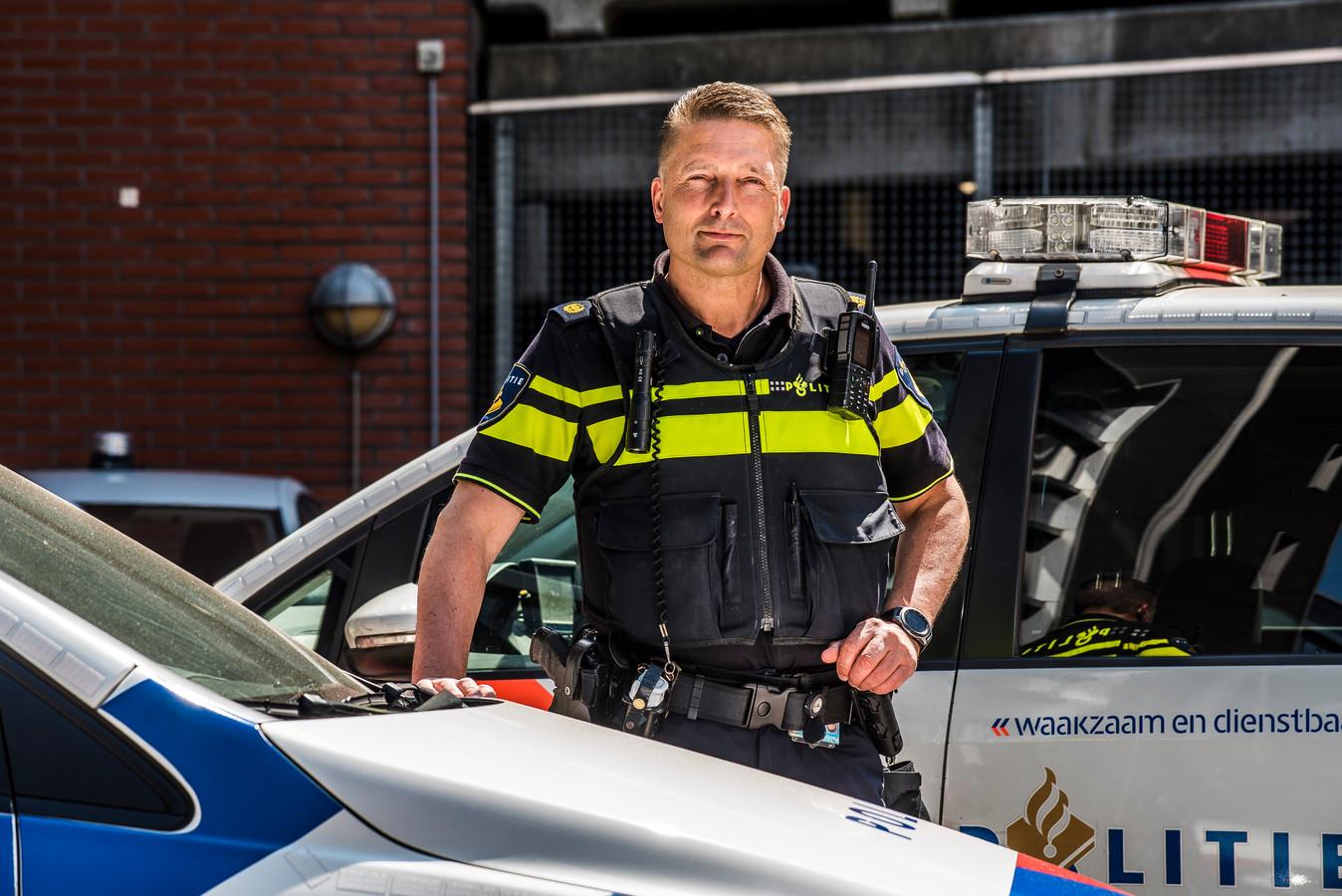 Politieagent Gerrit-Jan Greven uit Enschede heeft op Sint Maarten schooluniformen uitgedeeld.