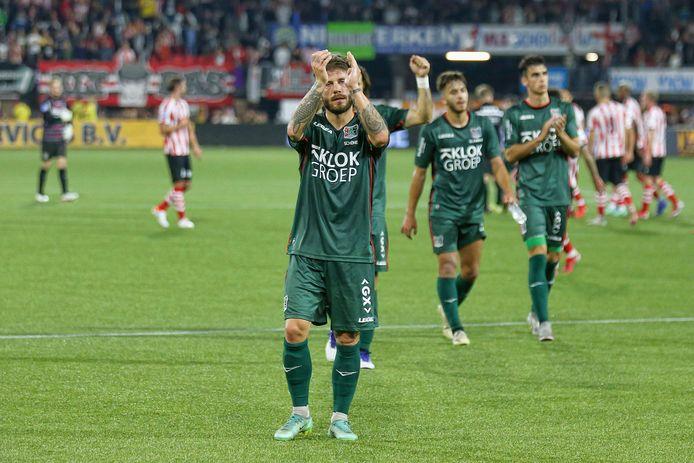 De spelers van NEC bedanken de meegereisde fans voor hun steun tijdens de wedstrijd tegen Sparta Rotterdam.