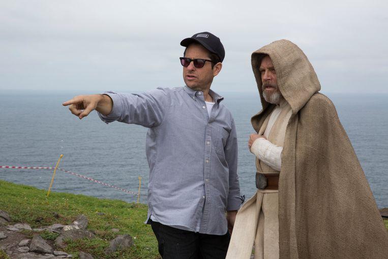 J.J. Abrams en Mark Hamill op het eiland Skellig Michael, Ierland, waar Star Wars gefilmd wordt. Beeld