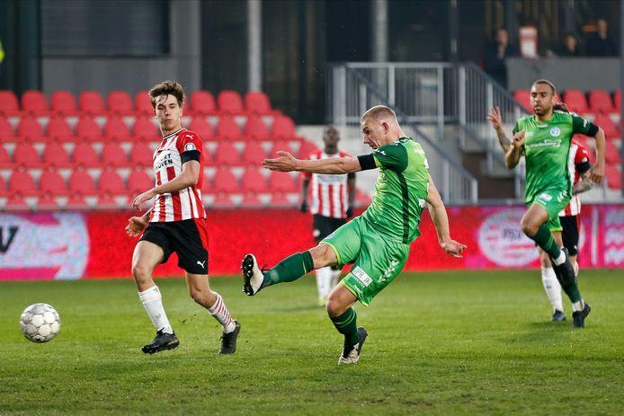 De Graafschap-verdediger Jasper van Heertum (midden) ligt nu vast tot medio 2022.