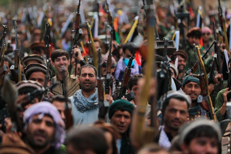 Her en der worden lokale milities opgericht in reactie op de opmars van de Taliban. Miller vreest een burgeroorlog als deze milities onderling slaags raken. Beeld AP