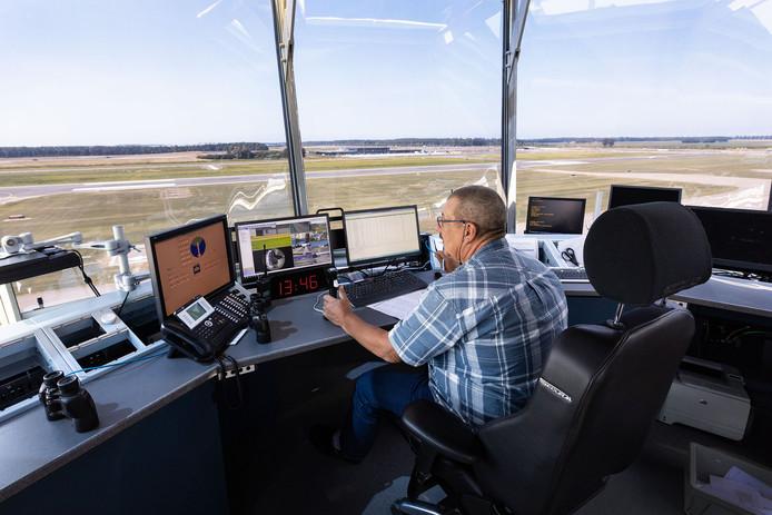 De luchtverkeersleiders moeten vanuit de vernieuwde verkeerstoren van Lelystad Airport het vliegverkeer in goede banen leiden, maar volgens de huidige gebruikers zorgt hun aanwezigheid juist voor onveiligheid.
