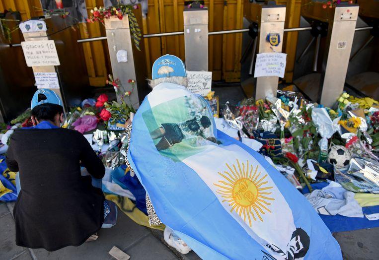 Argentijnen leggen bloemen neer aan het stadion van Boca Juniors, in Buenos Aires. Beeld REUTERS