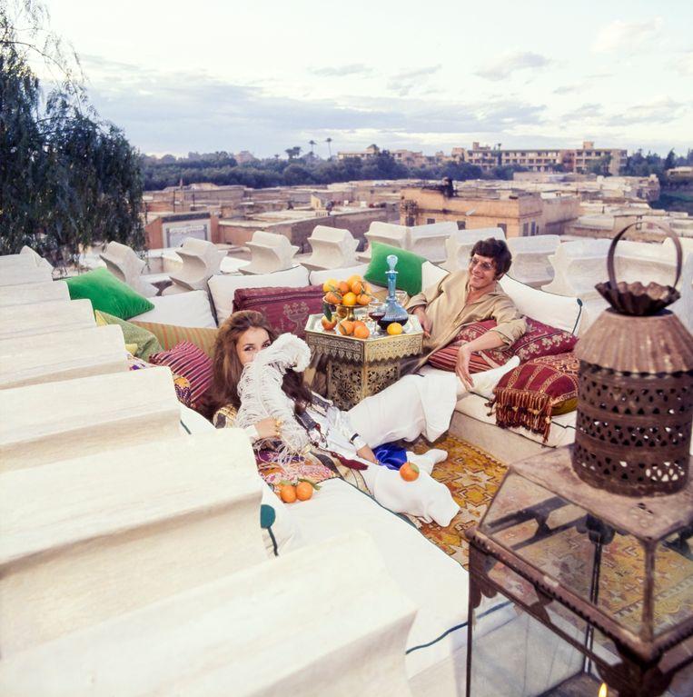 Kunstverzamelaars Paul en Talitha Getty genieten van hun dakterras in Marrakech, in 1970. Beeld Conde Nast via Getty Images