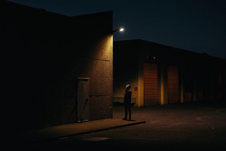 Niets beters om in coronatijden je gedachten te verzetten dan een wandeling, ook na zonsondergang. Beeld Damon De Backer