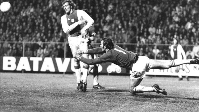 Doelman Ton Thie tijdens een redding voordat Piet Keizer gevaarlijk kan worden tijdens een wedstrijd tussen Ajax en FC Den Haag. Eindstand: 5-0.
