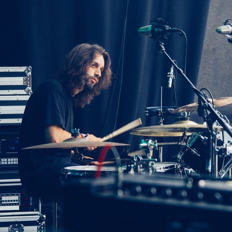Thomas Vandenbogaert, de drummer van de Gentse band Crooked Steps, vond rust in muziek na het verlies van zijn zus.