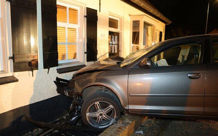 Om 23.45 verloor een 23-jarige automobilist de macht over het stuur en botste zo tegen een laag muurtje, voor het huis. De voorgevel van het huis werd ook geraakt en liep zware schade op.