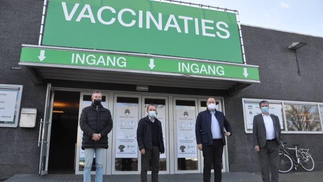 Eerste prikken gezet in vaccinatiecentrum Waregem, onder toeziend oog van burgemeesters
