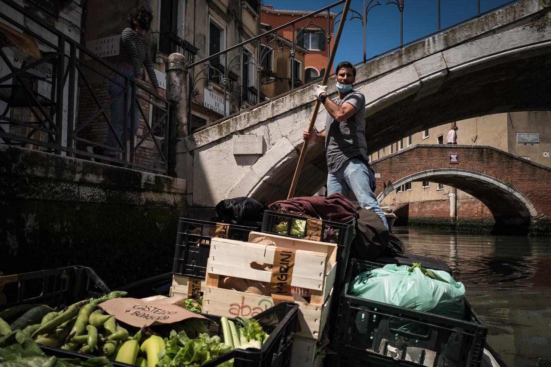 Federico Mantovan, als een gondelier staand aan de roeispaan van zijn 'Donna Gnora'. Beeld Nicola Zolin