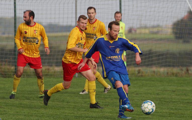 Beeld uit de heenmatch: Duthieuw trapt op  de bal, Maus (Beselare) kijkt toe.