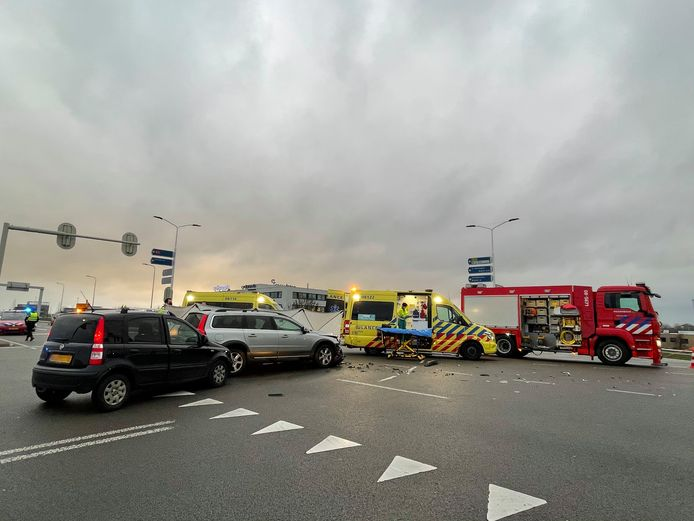 De zware botsing in Zaltbommel waarbij drie auto's betrokken waren.