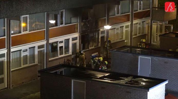 Het vuur zou na een vermoedelijke gasexplosie in een woning op de begane grond zijn overgeslagen naar bovenliggende woningen.