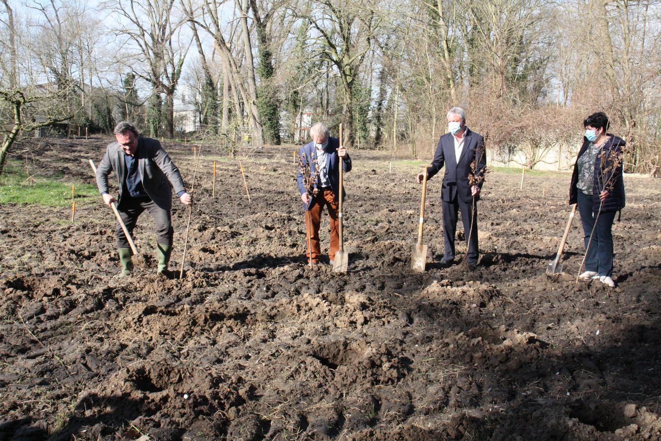 Gedeputeerde Jurgen Vanlerberghe, schepenen Martin Obin en Marc Deprez en burgemeester Lies Laridon.