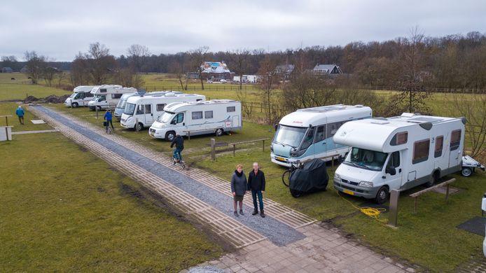 Jolanda en Chris Jansen (voorgrond) roepen de gemeente op snel een oplossing te vinden voor het 'horrordossier' aan de Oudedijk in Uddel. De impasse rond een woning waarop een bouwstop rust (achtergrond) moet worden doorbroken, vinden ze.