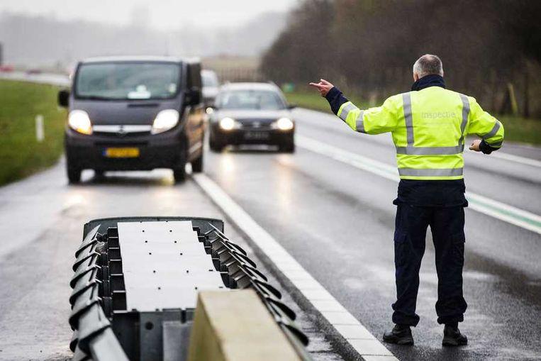 De Inspectie Leefomgeving en Transport controleert op vuurwerk bij de Nederlands-Duitse grens. Beeld anp