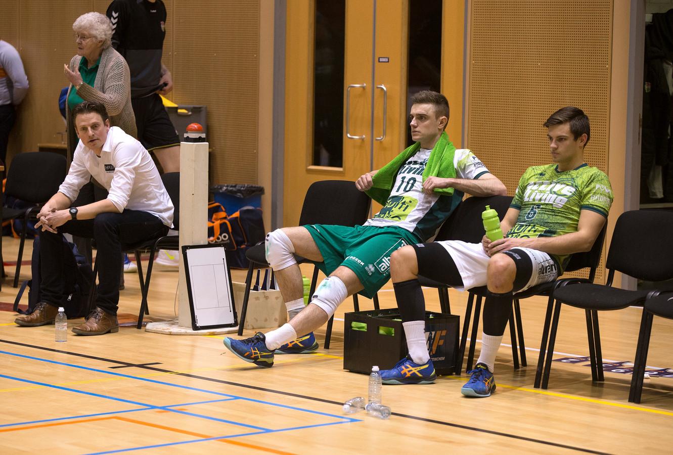 Coach Martijn van Goeverden van Orion verwerkt de teleurstelling na de 1-3 nederlaag.