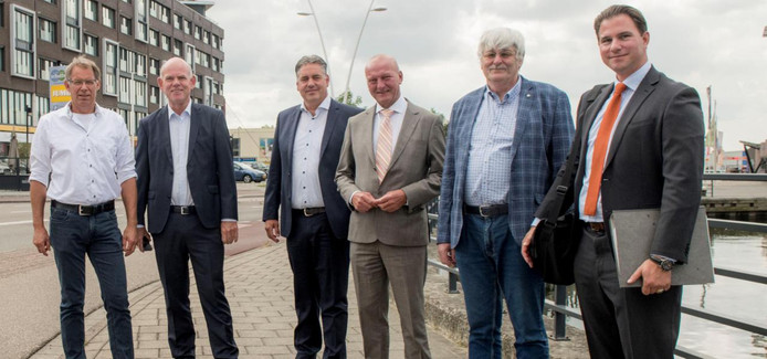 Het dagelijks bestuur van het waterschap, met (vlnr) Luc Mangnus, Gert van Kralingen, Denis Steijaert, dijkgraaf Toine Poppelaars, Marien Weststrate en Philipp Keller.