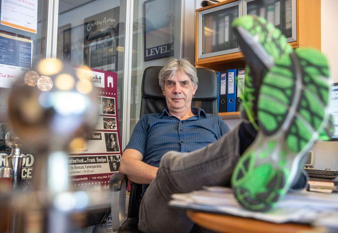 Wim ten Hove zit liever niet met zijn benen op het bureau te duimendraaien, maar de eigenaar van een evenementenbureau in Zwolle heeft door de coronamaatregelen sinds maart bijna niets te doen.