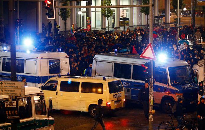 Politie en demonstranten bij het AfD-feestje in Berlijn.