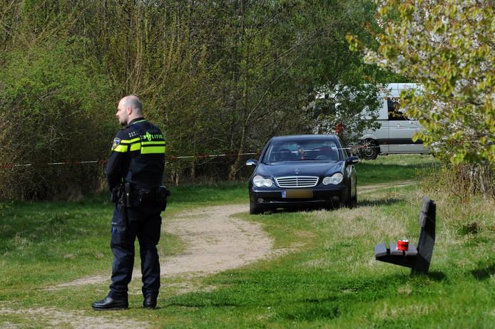 De donkerblauwe Mercedes-Benz die op het veldje werd gevonden.