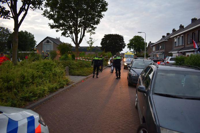 Veel hulpdiensten in de Van Hallstraat in Elst na het steekincident.