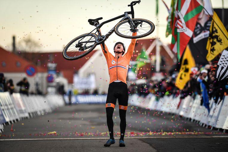 Mathieu van der Poel viert zijn tweede wereldtitel bij de profs in Bogense. Beeld BELGA