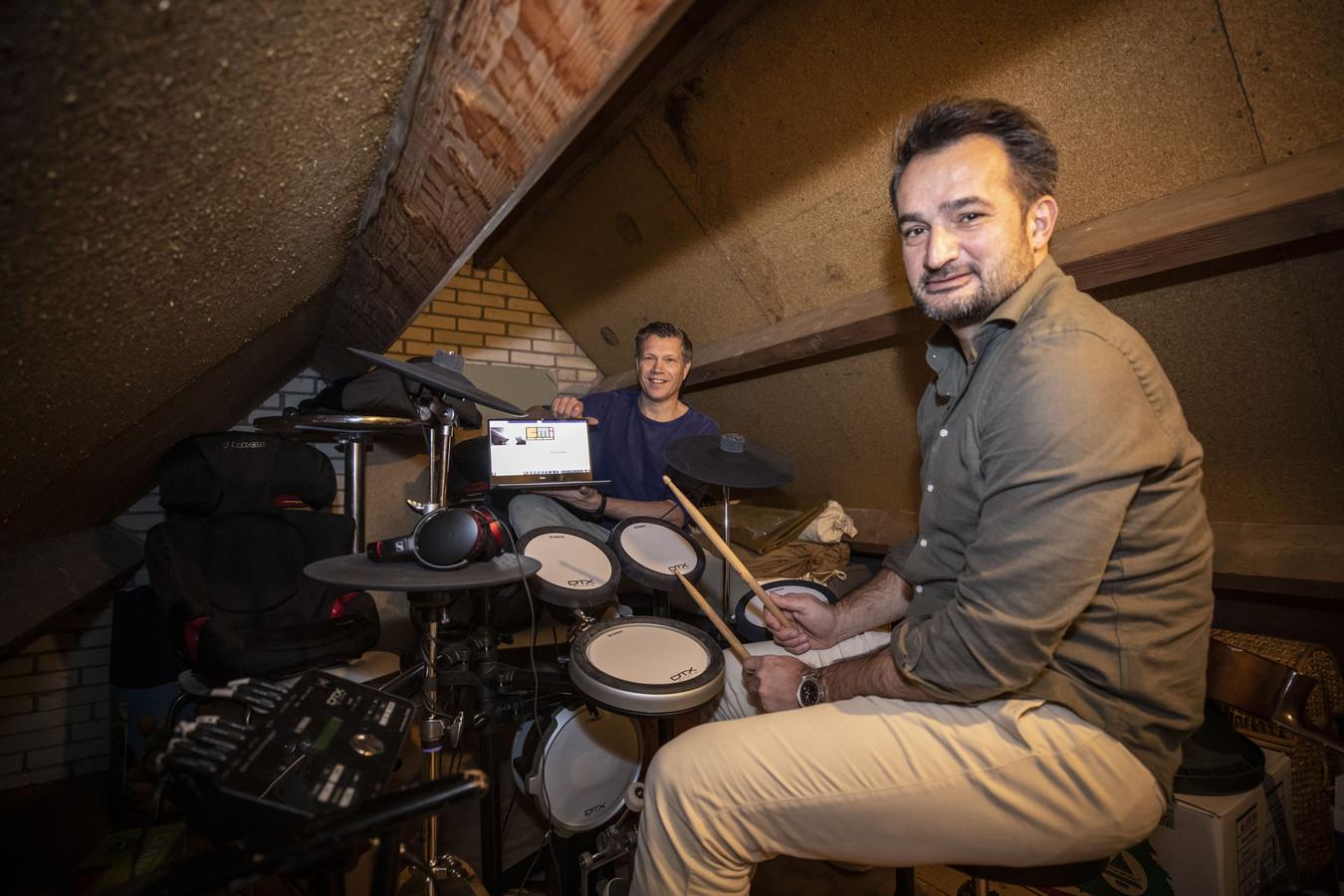 Peter Hoekstra (links) en Hans d'Hollosy hebben een subsidie gekregen voor het ontwikkelen van een digitale muziekschool, waarbij muzikanten online het oefenhok in kunnen duiken met hun leraar of andere muzikanten.