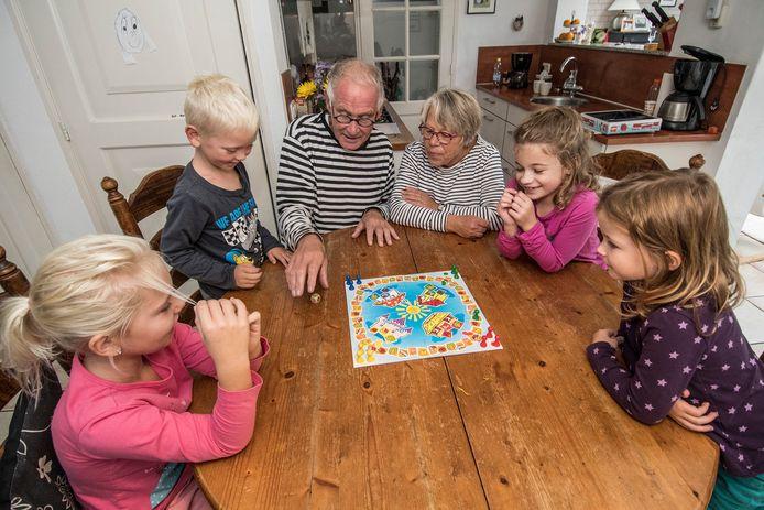 Archieffoto: Piet en Joke Pleur met kleinkinderen. Dat zou niet meer mogen bij de ouders van de kinderen thuis door de nieuwe coronaregels.