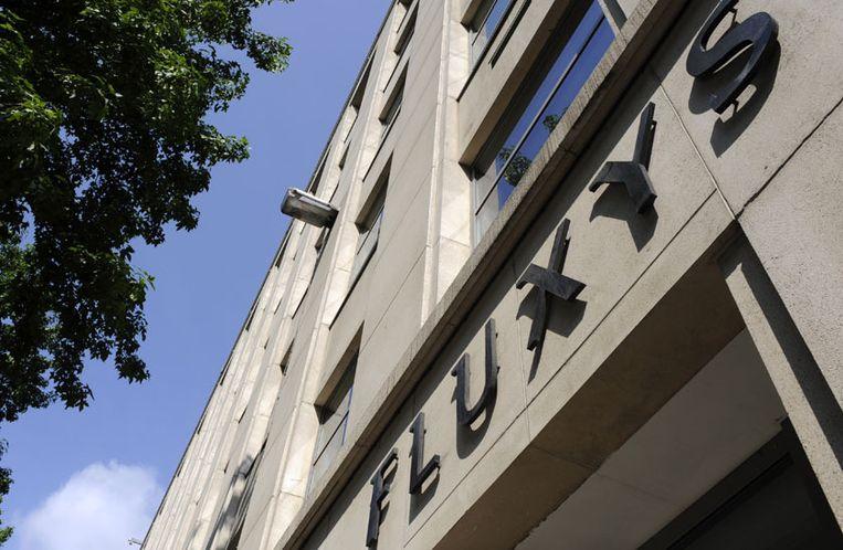 Het logo van Fluxys op een gebouw.