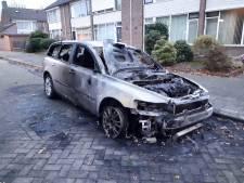 Auto compleet uitgebrand in Eindhoven, politie vermoedt brandstichting