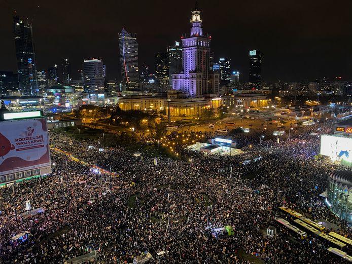 De tienduizenden demonstraten kwamen bijeen in de buurt van het Paleis van Cultuur en Wetenschap.