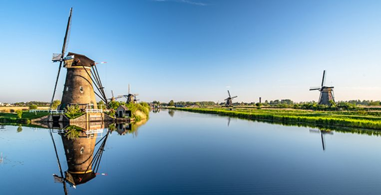 Kinderdijk is a village in the Netherlands, belonging to the municipality of Molenwaard, in the province South Holland, about 15 km east of Rotterdam. The windmills of Kinderdijk are one of the best-known Dutch tourist sites. They have been a UNESCO World Heritage Site since 1997. Beeld Getty Images