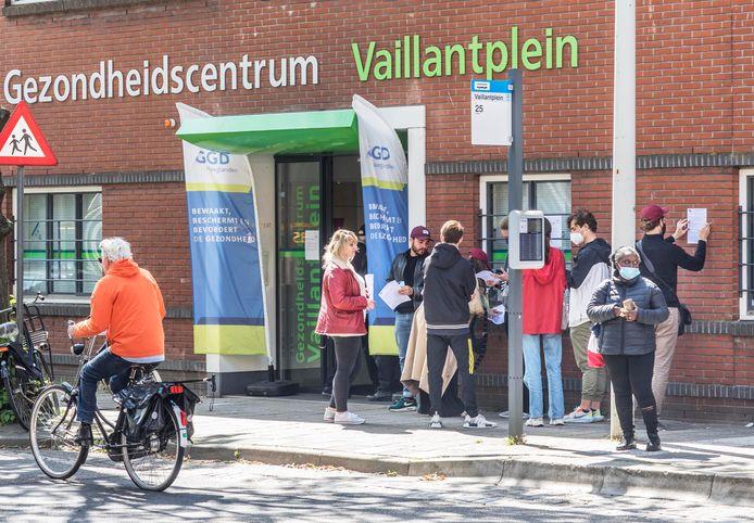 Wachtende mensen voor een vaccinatie bij gezondheidscentrum Vaillantplein.
