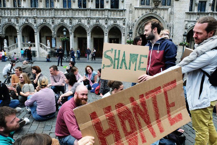 Zo'n honderd actievoerders bezetten gisteren de Grote Markt in Brussel. Ze vroegen publieke verontschuldigingen voor het Samusocial-schandaal, en een andere politieke cultuur. Beeld Tim Dirven